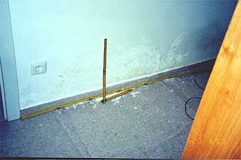 erhöhte Feuchte wegen Wasserschaden, Stockflecke an Wand unten